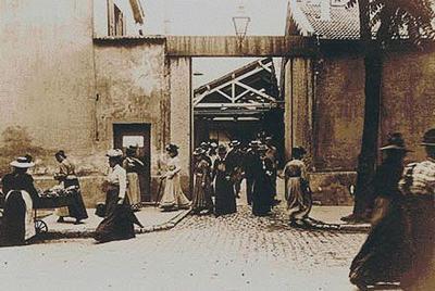 ルイ・リュミエール『工場の出口』(<b>1895年</b>) 世界最初の実写映画 <b>...</b>